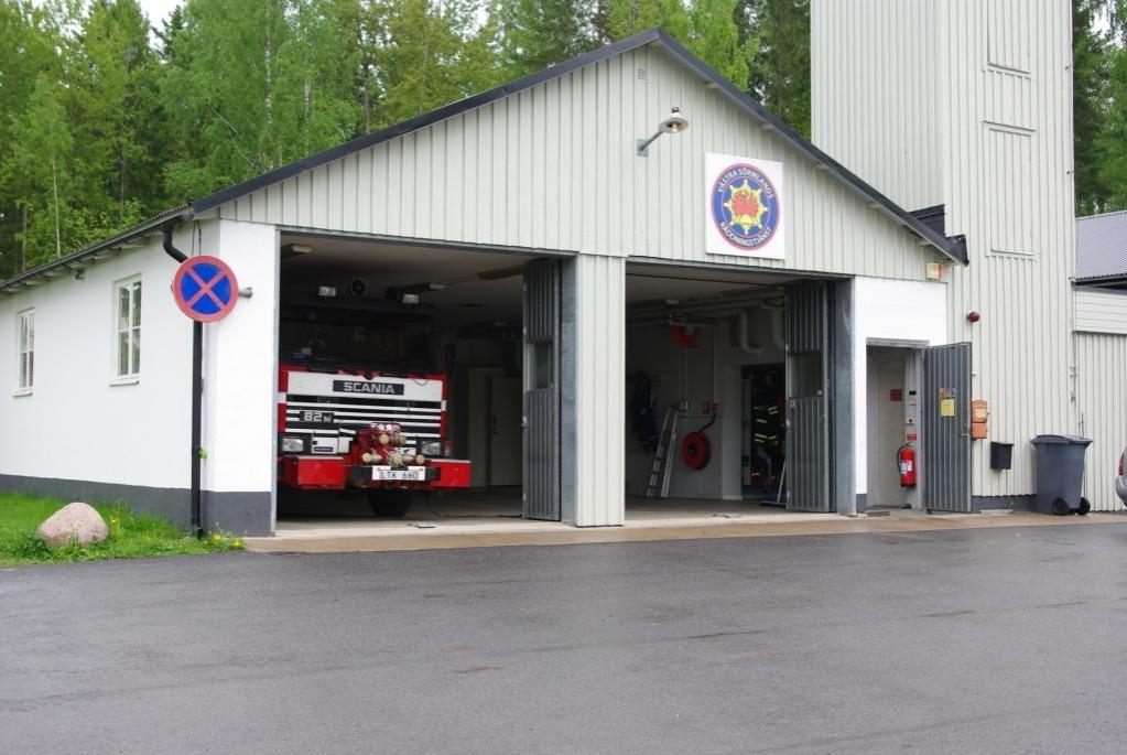 Foto på Björkviks brandstation, taget utifrån där fronten på en brandbil syns.
